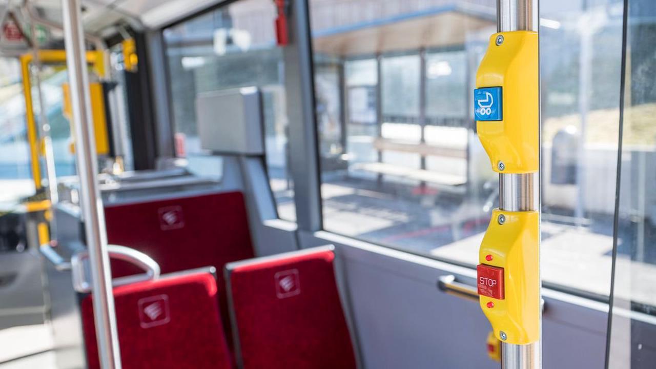Bus musste in Innsbruck hinter Radlern bremsen: Fahrgast verletzt