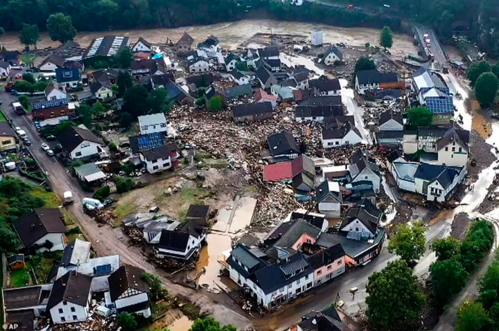 20 dead and 70 people missing as floods destroy buildings and leave families trapped on rooftops in Germany (photos)
