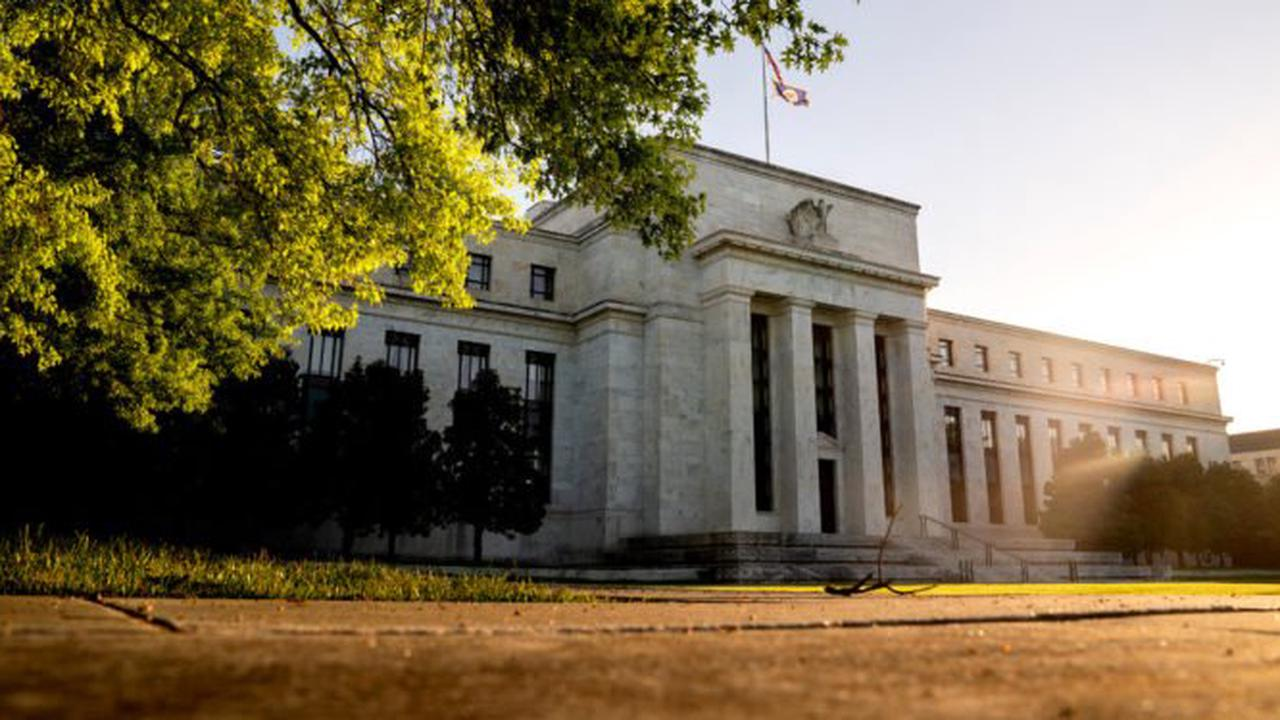 UPDATE 1-Mexico's central bank keeps rate flat in 'highly uncertain' environment