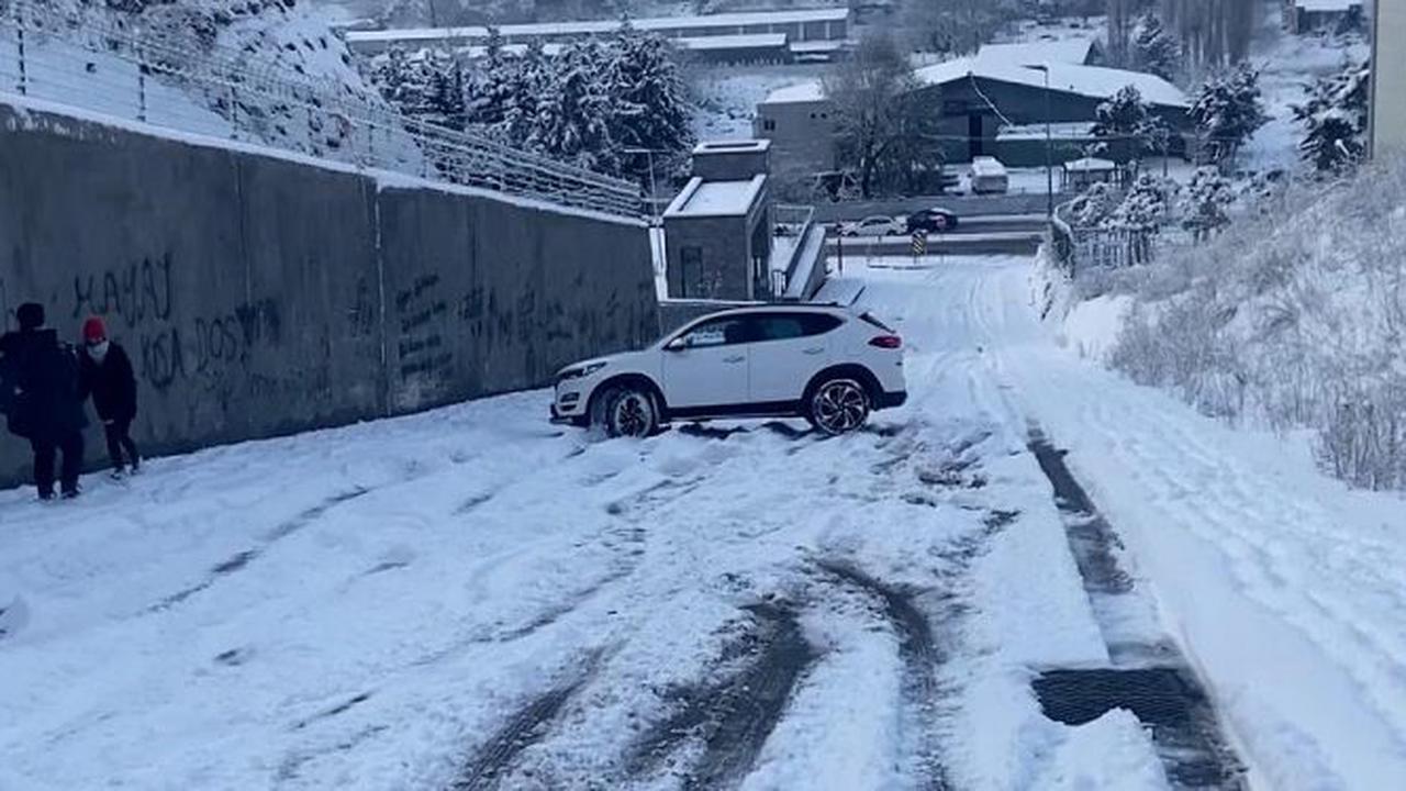 Istanbul dérape et s'arrête alors que la neige recouvre la ville turque