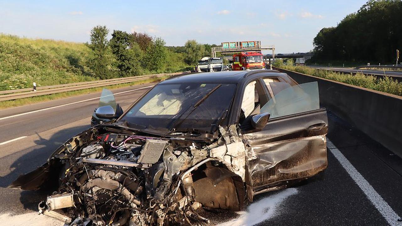 Auto fährt in Silozug: Zwei Schwerverletzte bei Unfall auf A1 Richtung Köln