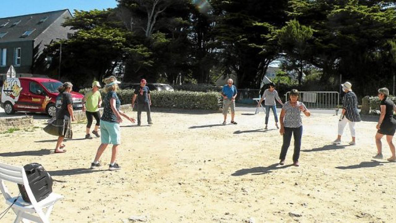 Saint-Nic - À Saint-Nic, une séance de danses bretonnes près de la plage de Pentrez, chaque dimanche matin