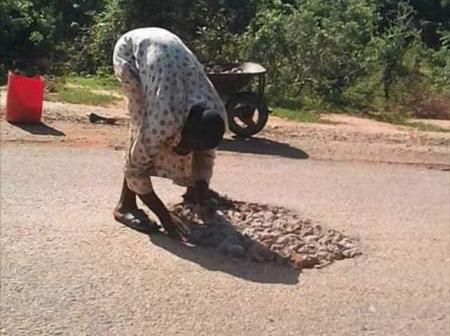 Meet This Patriotic Nigerian Man Who Repairs Bad Roads For Free (PHOTOS)