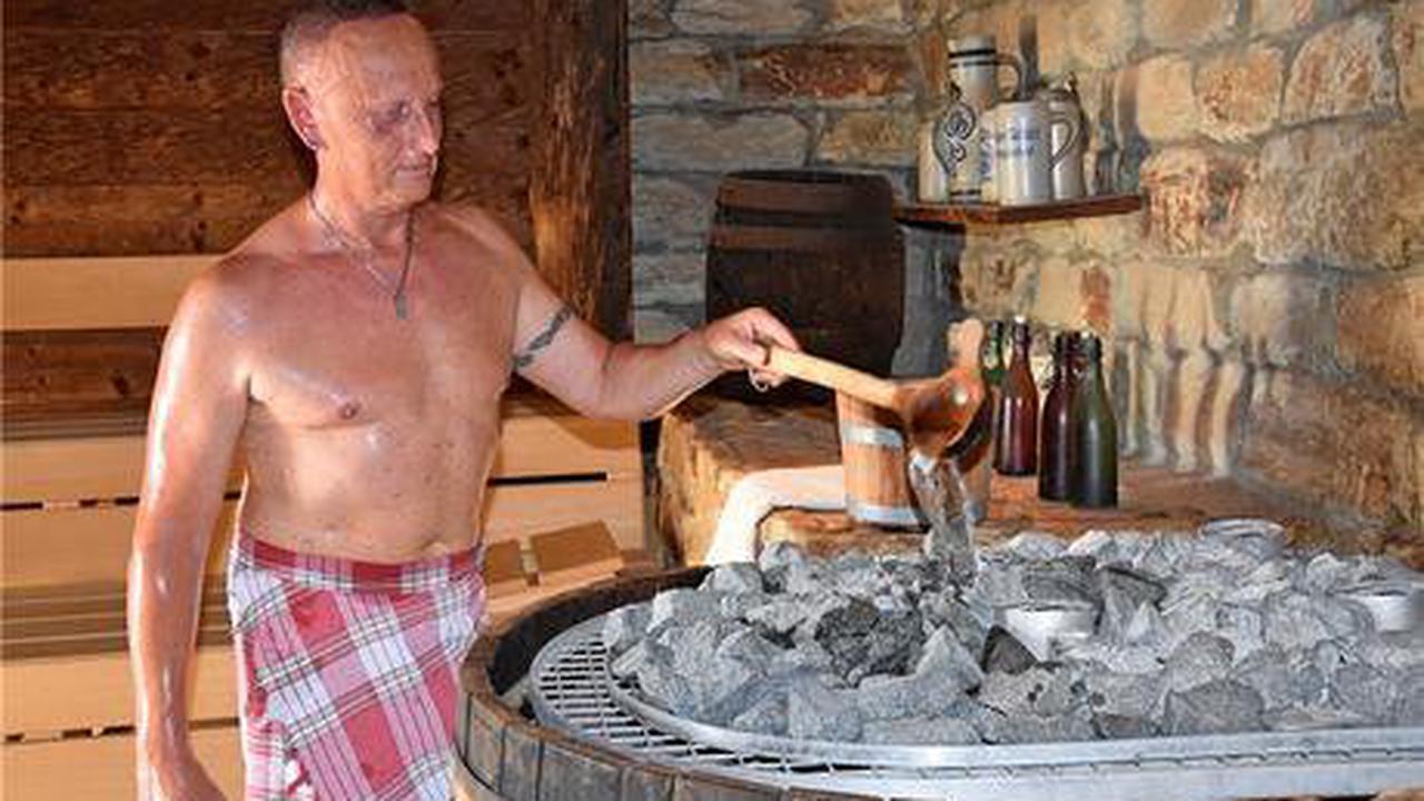 Ganzjahresbad Holzwurm heizt den Saunagästen ein