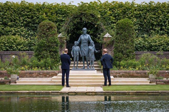 William and Harry unite to unveil Princess Diana?s statue at Kensington Palace (photos)