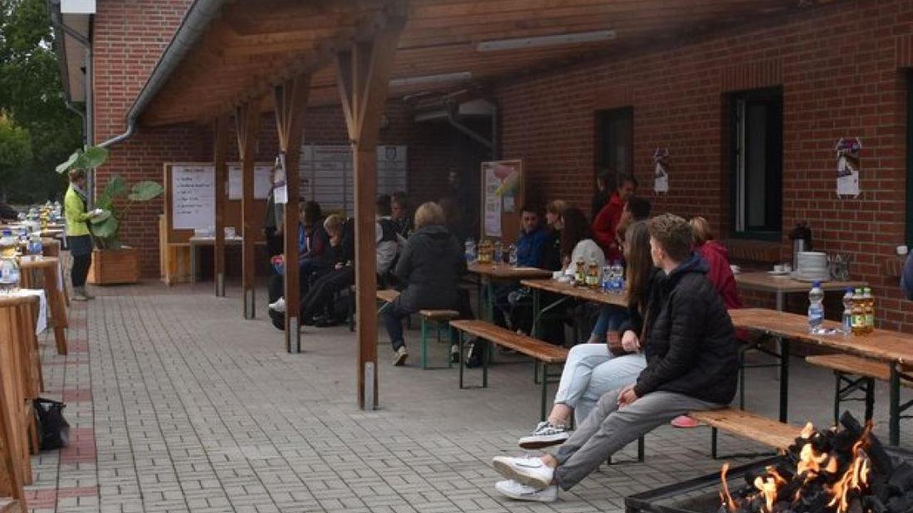 Politprominenz in Eldena: Bundestagskandidaten stellen sich kritischen Jugendlichen