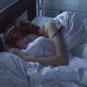 قصة..أثناء نومها شعرت بشئ يتحرك خلفها علي السرير..وعندما التفتت وجدت شيئا لم تكن تتخيله