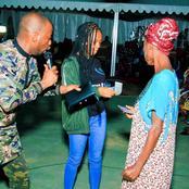 La fille de Makosso distribuant de l'argent à des fidèles, le message humaniste du père