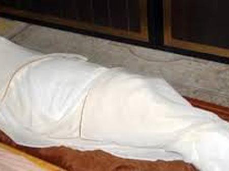 نامت بجوار جثة والدتها المتوفاة لأخر مرة.. وأثناء نومها حدث ما لم يكن في الحسبان (قصة)