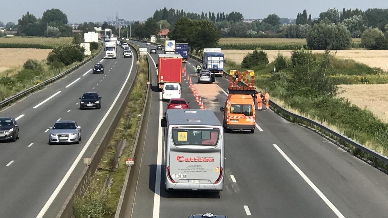 A25 dans le sens Lille-Dunkerque : des bouchons après un accident entre un poids lourd et une voiture