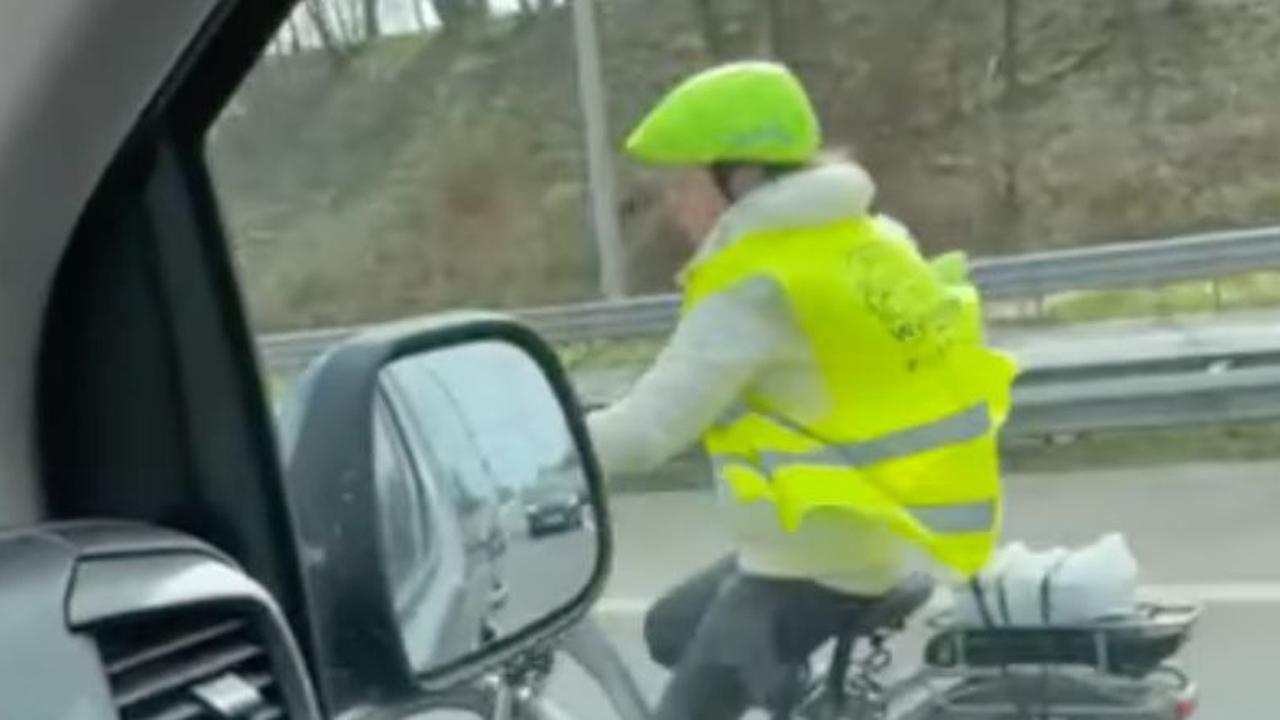 Un cycliste aperçu sur l'autoroute en vélo électrique (vidéo)