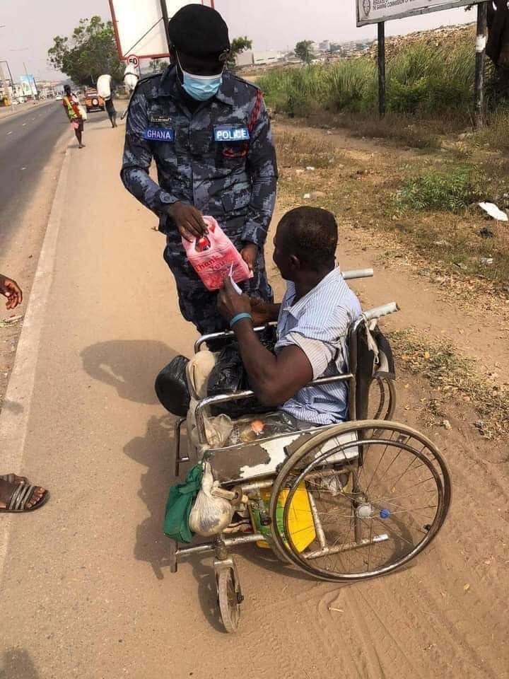 d6197763a17c461c425cba0210734e81?quality=uhq&resize=720 - Ghanaian Police Officer Donate Food And Money To Homeless People On The Street