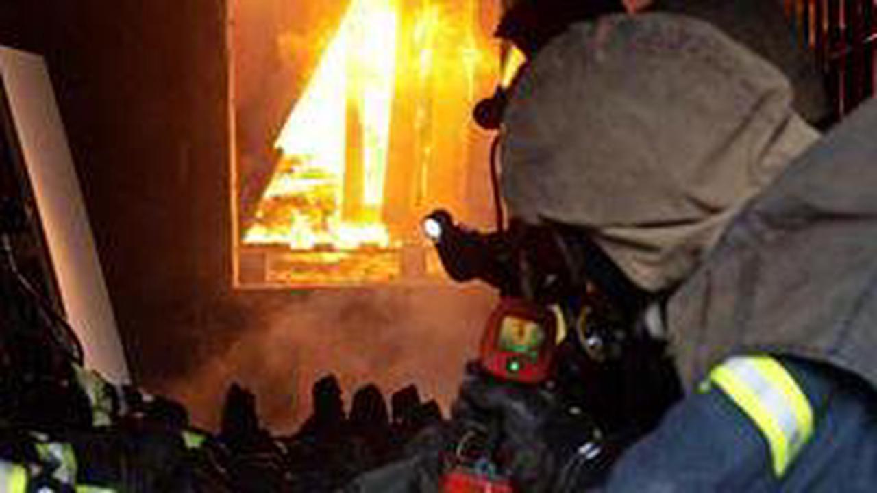 Feuerwehrleute üben Brandeinsätze in Gebäuden