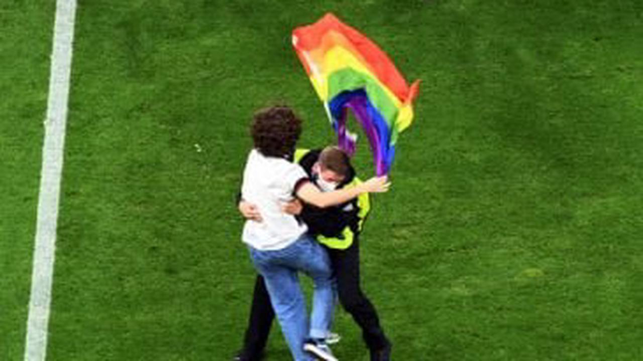 Allemagne-Hongrie : Un activiste avec le drapeau arc-en-ciel durant l'hymne hongrois