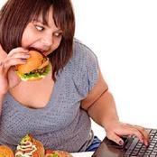 احذر.. تناول الطعام بسرعة يضر بصحتك ويسبب عسر الهضم والسمنة (إليك طريقة التخلص من هذه العادة)