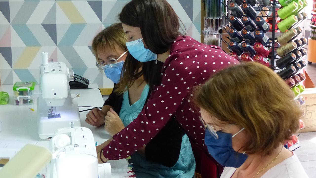 Élisabeth organise des ateliers de couture à la mercerie Trois petits points