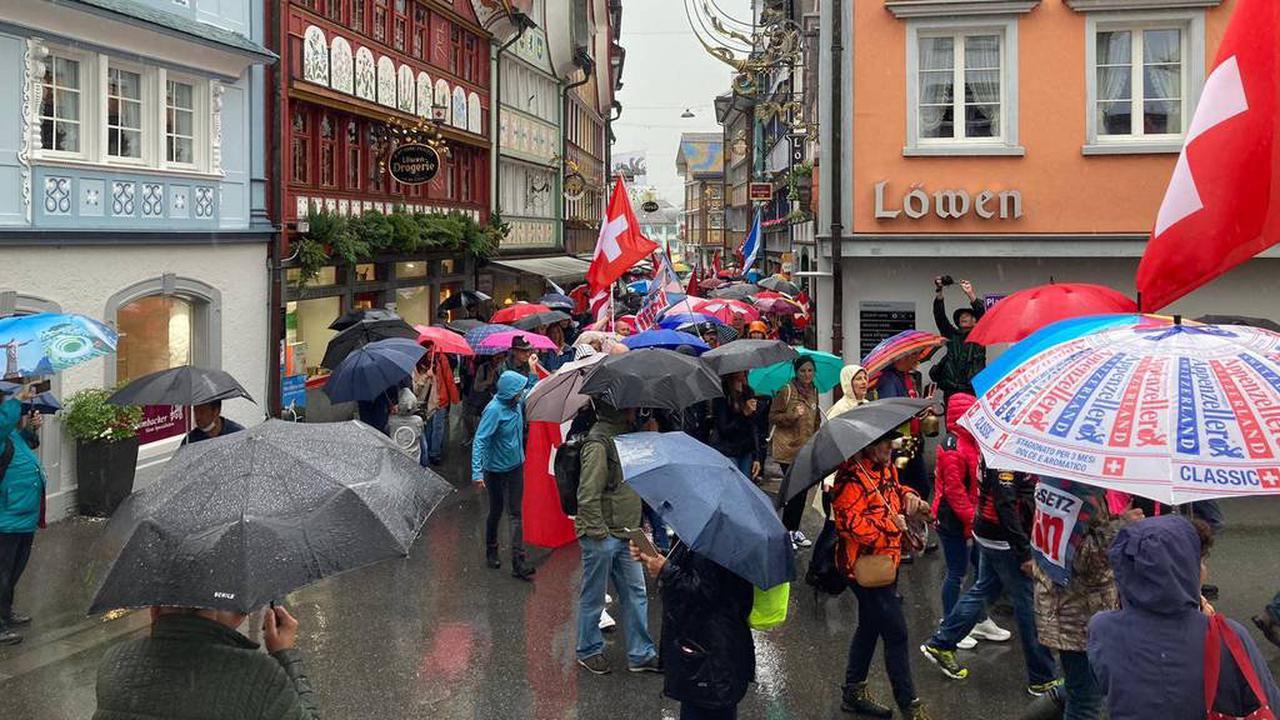 Rund 1000 Personan an unbewilligter Coronaskeptiker-Demo in Appenzell