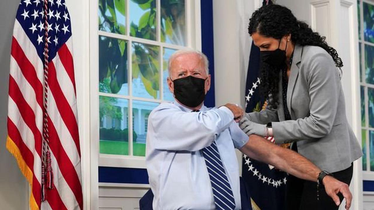 En direct à la télévision, Joe Biden reçoit sa troisième dose de vaccin anti-Covid