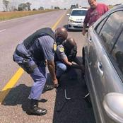 A picture of two police officers fixing a white man's flat tyre got social media people amazed