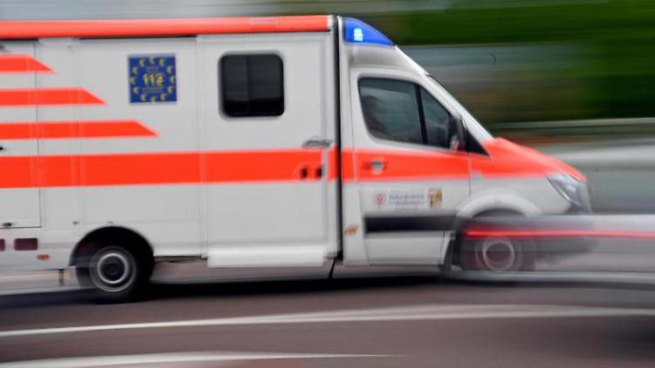 Fahrer erleidet wohl Herzinfarkt: Lkw im Straßengraben