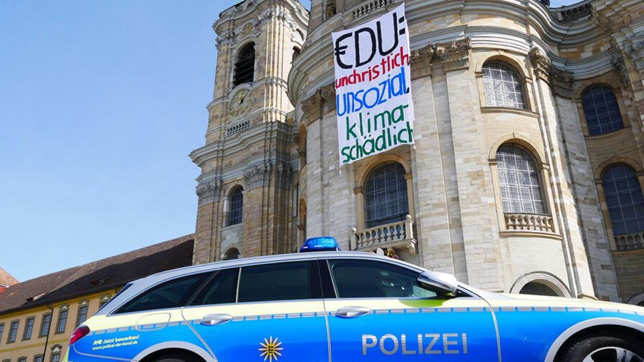 Klimaaktivisten hissen Banner auf Basilika in Weingarten