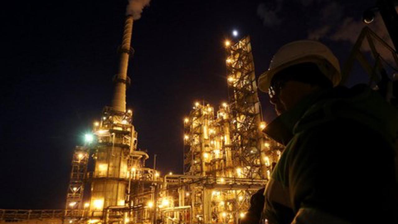 Le pétrole en ordre dispersé à la fin d'une semaine calme