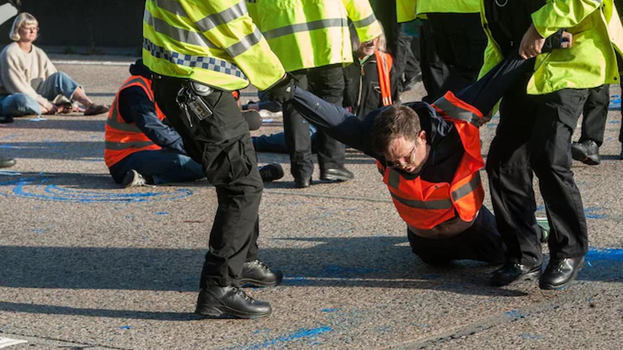 M25 protest: Insulate Britain activists dragged off the motorway by police after running into traffic