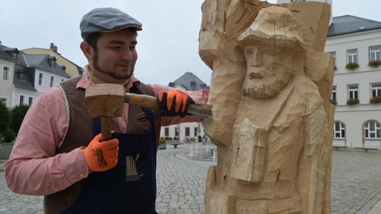Schnitzer arbeitet auf dem Markt an neuer Bergmannsskulptur