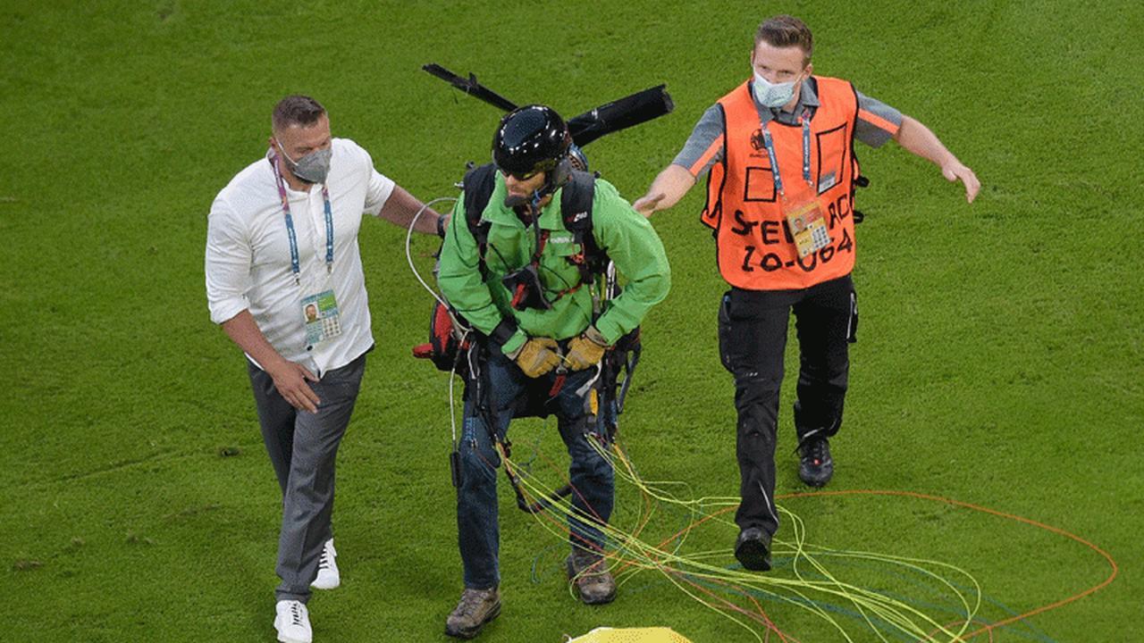 Un militant Greenpeace débarque sur la pelouse de France