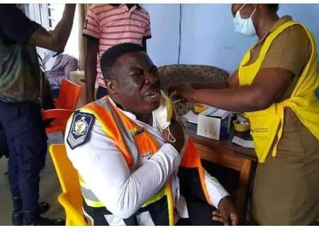 """""""Park well, park well"""". Ghanaians react to the picture of the fazed policeman taking Covid vaccine"""