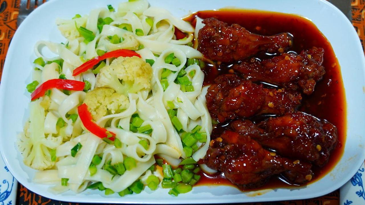 Hühnerunterschenkel mit Kailan-Nudeln - Rezept