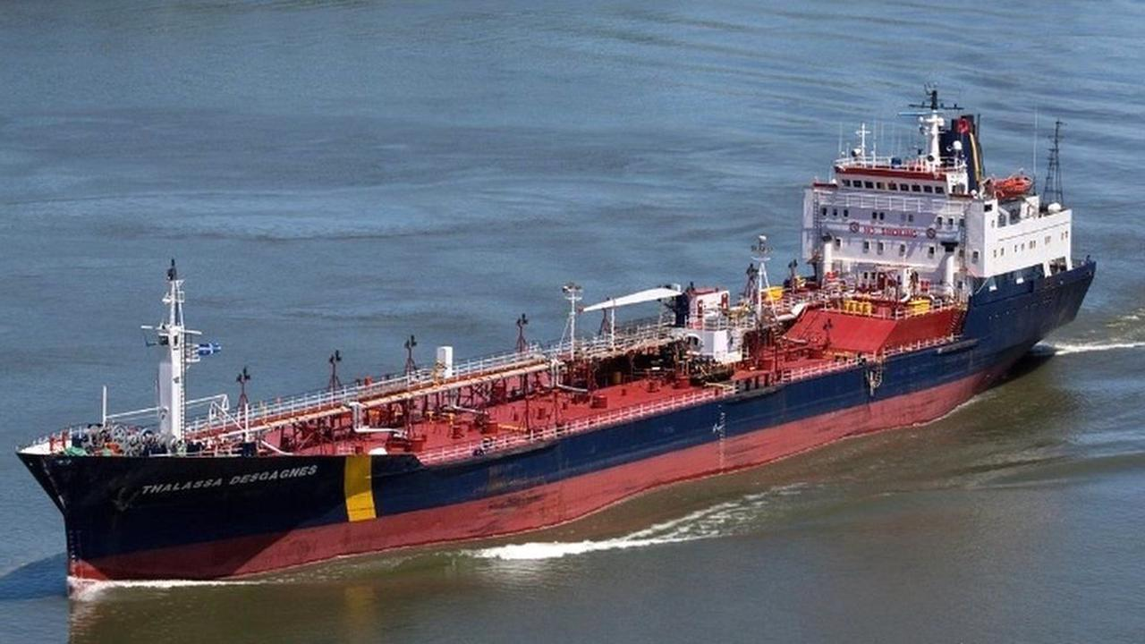 MV Asphalt Princess: Suspected hijackers leave ship off UAE
