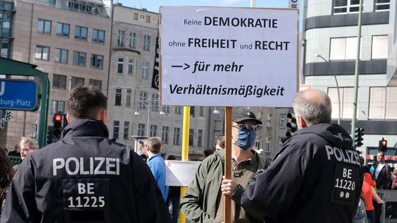 """""""Querdenker"""" stören Saison-Auftakt der Berliner Volksbühne"""