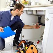 (قصة).. سباك أثناء تغيير حوض المطبخ دخلت عليه صاحبة البيت وطلبت منه هذا الأمر الذي تفاجأ به