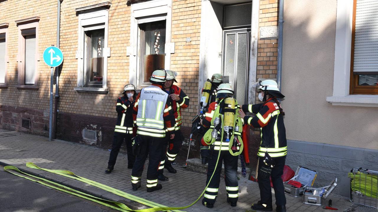 Gefährlicher Einsatz : Brand in Saarbrücken-Brebach: Feuerwehr muss Bewohnerin gewaltsam aus Haus evakuieren (mit Bildergalerie)