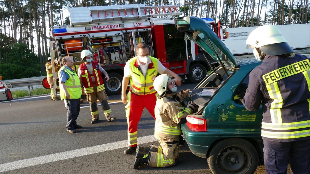 Autobahn: Frau ignoriert Absperrung - Pkw kollidiert nach Unfall auf der A12 bei Müllrose mit Polizeiauto