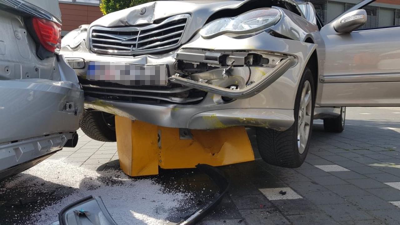 Wolfenbüttel: Mercedes-Fahrerin (90) verliert Kontrolle – und hinterlässt große Verwüstung