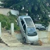 Cocody : une voiture se retrouve incliner dans la cour d'une église.