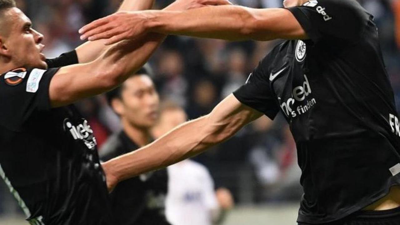 Europa League: Erst Pyros, dann Özils Tor: Eintracht auch in Europa sieglos