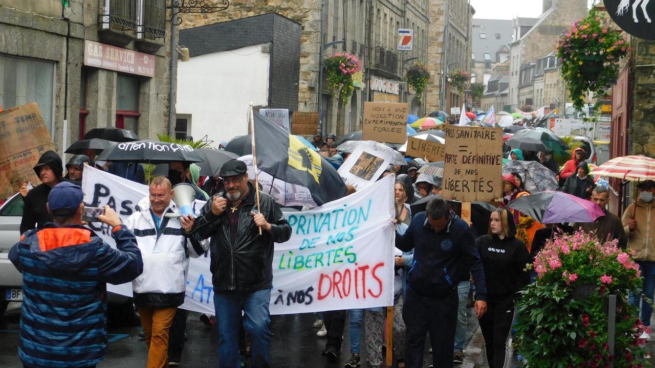 A Guingamp, 450 manifestants contre le pass sanitaire obligatoire