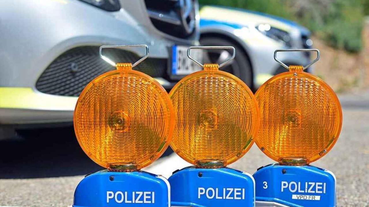 Auto nach Parkrempler auf dem Parkplatz der Freiburger Hautklinik schwer beschädigt