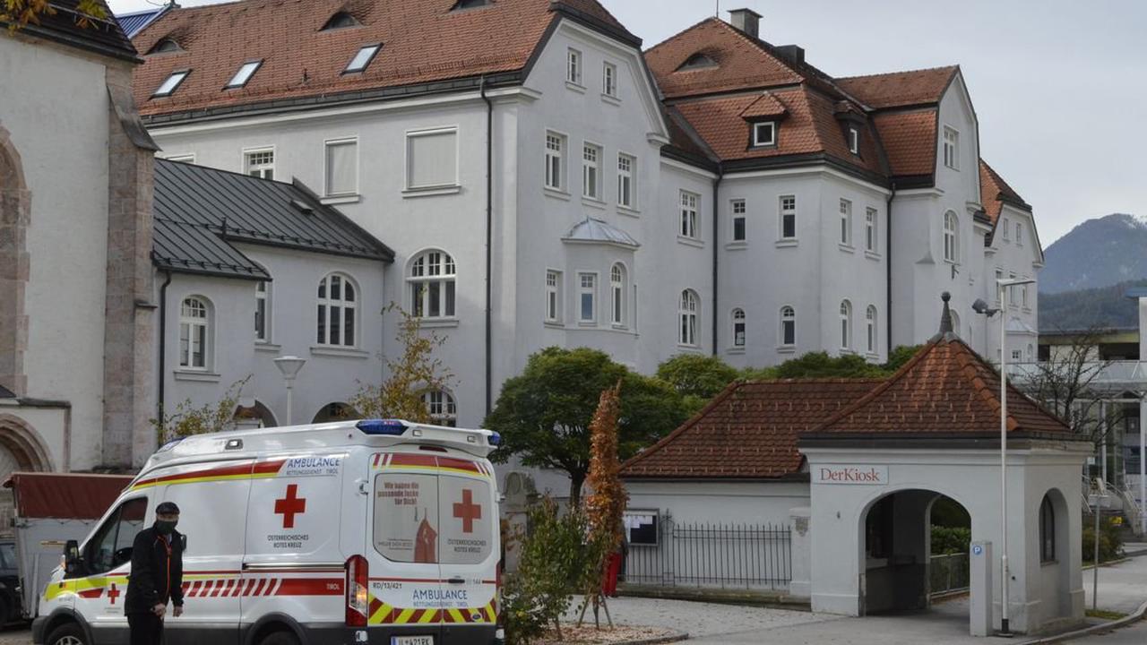 Lenker wurde bewusstlos: Auto prallte in Jenbach gegen Betonwand