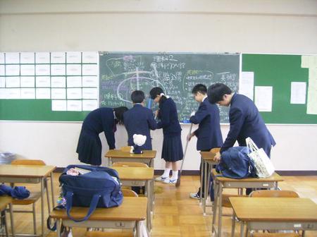 Les élèves nettoient eux-mêmes leurs écoles au japon