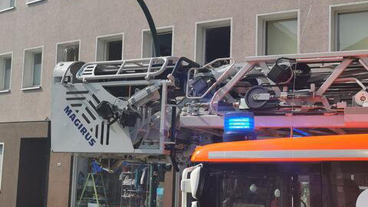 Einsatz der Feuerwehr an der Rellinghauser Straße in Bergerhausen Verpuffung im Mehrfamilienhaus