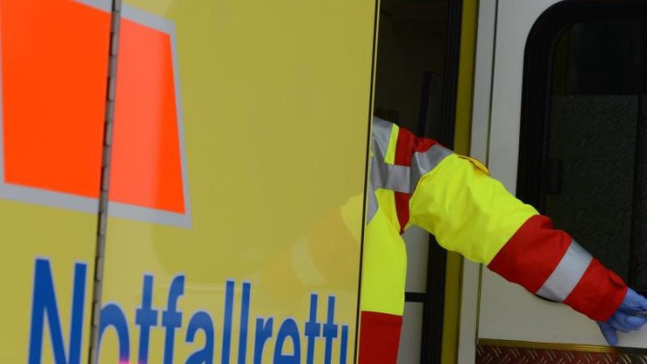 Auto fährt auf Lastwagen auf: Zwei Leichtverletzte auf B192
