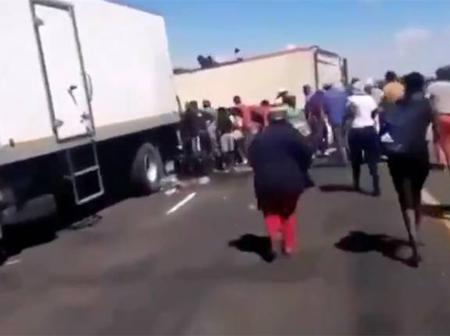 People steal cold drinks after truck fell in Bloemfontein