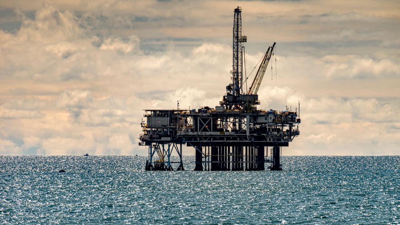 Oil extends loss on India COVID-19 cases, U.S. pipeline restart