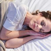 ماذا يحدث لبشرتك إذا بدأت بالنوم بدون وسادة؟.. مفاجأة للجميع