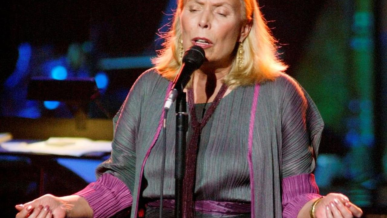 Joni Mitchell still 'struggling to walk' after 2015 aneurysm